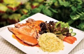Roasted Pork(午餐套餐RM21.80、晚餐套餐RM28)--以木瓜汁松化猪肉,经过烧烤切薄片,再淋上一层baked bean sauce,搭配蒜香牛油饭。