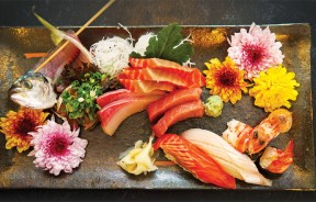Sashimi & Sushi-时价 师傅的巧手刀工及精致摆盘把大海的味道都搜刮到了这小小的碟子里。从厚切生鱼片、寿司、虾子到腌渍生鱼片,碟子上的每个角落都布满了师傅的用心,欣赏着眼前这一件色彩缤纷的艺术品,让人久久不舍起筷。