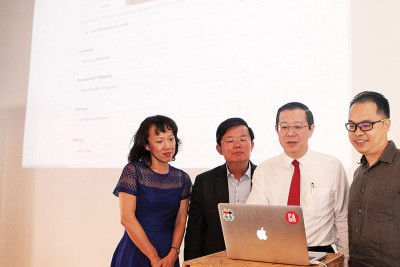 林冠英(右2)为@CAT活动主持推介礼,右为张浩泉及曹观友(左2)。