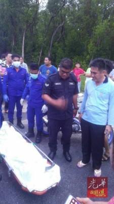 死者遗体被运往甘榜亚齐渔村转交予警方,右二为死者儿子。