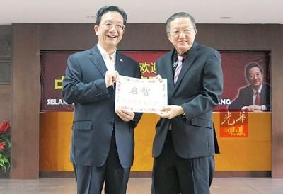 黄惠康日前移交资助金予王子发(右)。