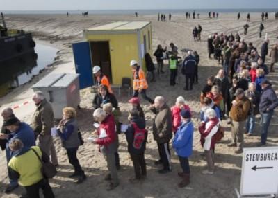 排队到人造岛票站的选民人数众多。