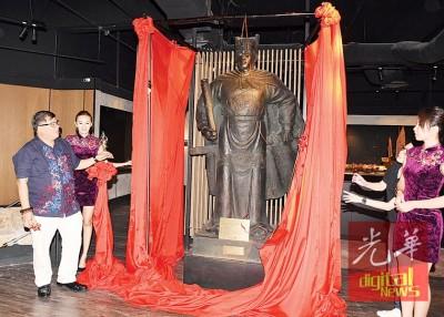 郑和文化艺术馆名誉馆长张誉作主持郑和铜像揭幕仪式。