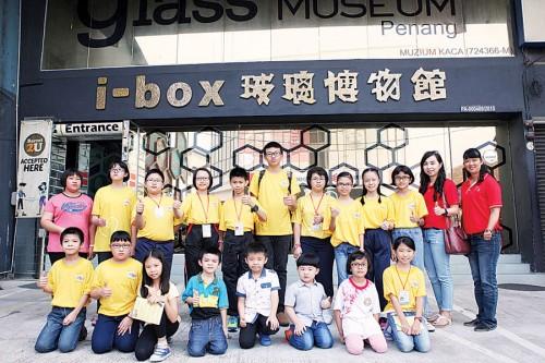 小校记们进入I-Box玻璃博物馆前开心合照,右1起为黄秋柳及郑伊伶。