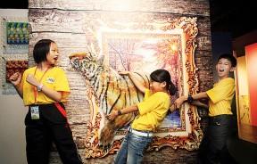 玻璃所制作的壁画相当逼真,令小朋友上演一场救人记。