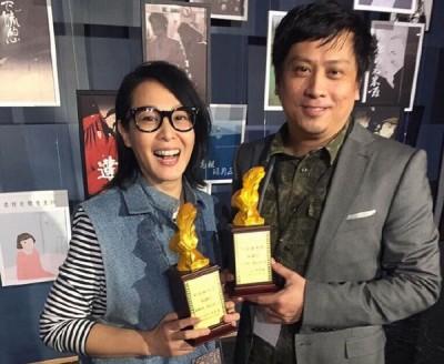 刘若英(左)和何昕明因为《善副官》,勇夺优良电影剧本奖的特优剧本奖。