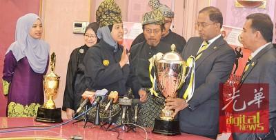 称比里(右2)移交马来武术赛奖杯授予苏丹按迪斯师范大学代表。