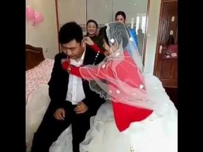 新娘当场为新人带上戒指和项链。
