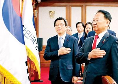 黄教安(左)退青瓦台幕僚的辞呈。
