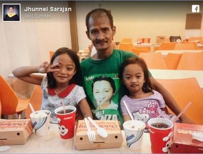 萨拉罕自掏腰包买了炸鸡餐请这名父亲吃。(图片来源:Jhunnel Sarajan脸书)