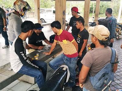一班男子配合玻州反毒机构调查,接受尿液检查。