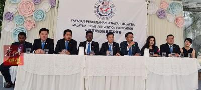 钟伙坤(右5)在秘书黎旺文(右4)、副秘书余德耀(左3)、委员梁志宗(右2)等人的陪同下召开记者会,右3为邬绮清。