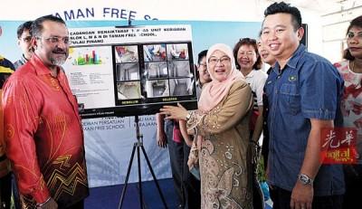 佳日星(左1)、巴蒂雅(右2)及黄顺祥(右1)等人为厕所提升计划主持推介礼。