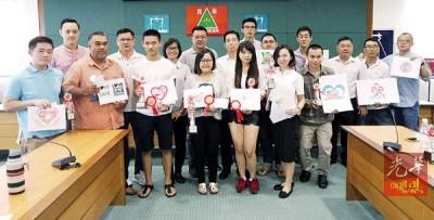 胡栋强(中)和党员们与获奖者合照。