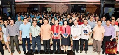 陈德钦(前排左5于)、何国忠、林思伶和罗月清当人口于身教育讲座会上以及有出席的先生们共合照。