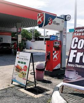 米都惹兰布加外路的Caltex石油公司经销商不削价,以免费咖啡饮料回馈前往该油站加油的顾客。