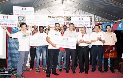 蔡添强(右5)及槟公正党领袖与7区竞选区主任合影,右起为王敬文、李凯伦、沈志勤、曼梳及再也巴兰(左4)。