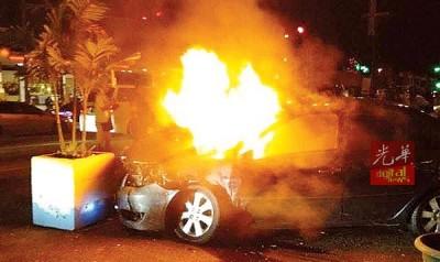 3车连环撞导致该被1这部汽车引掣着火,所幸司机就逃出。