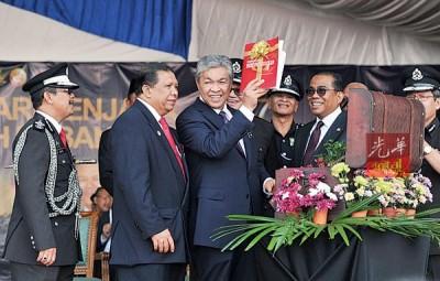 """阿末扎希(左3)啊马来西亚惩教基金会主持推介时,亮""""合格心理教育从业员""""指南。左起是祖基菲里、阿都哈林与莫哈最终卡立。"""