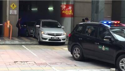 载着李正哲的警车在车队护送下,前往吉隆坡国际机场。