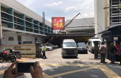 深灰色货车出现中央医院停尸房。