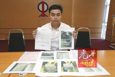 刘德桐向媒体展示其遭人伪造的个人资料文件。