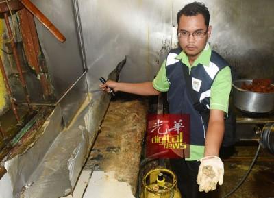 卫生局官员在其中一家食肆厨房内的灶台上抠出了一层厚厚的污垢及食物渣。