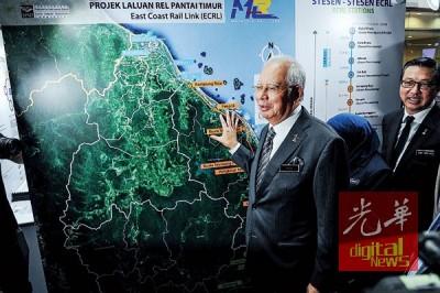 纳吉(左)瞧东海岸铁路(ECRL)铁路展示图,右为廖中莱。