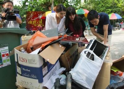 国际媒体看着被弃在朝鲜大使馆外的计算机器材,议论纷纷。