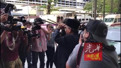 依布拉欠日前出现在隆中央医院,为金正男遗体施法,引来媒体竞相拍摄。(档案照)
