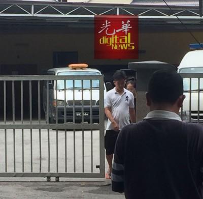 死者的家人抵达吉隆坡中央医院停尸房办理领尸手续。