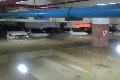在地下停车场的交通工具,浸泡在积水。