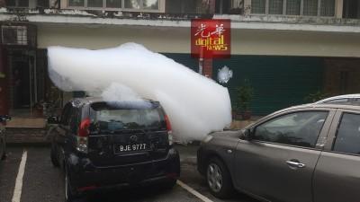 化学泡沫日益严重,纷纷流向商店五角基,连停放在路旁的轿车也受池鱼之殃。