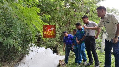 赵启兴(右1 )与英达利水调查组等人,逐步寻找泡沫源头。