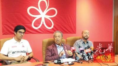 慕尤丁(中)表示土团党与伊党就议席分配课题上取得进展。左起为赛沙迪和慕克里。