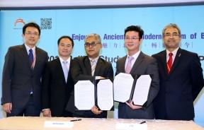 吴正(右2起)与阿都拉曼莫哈末在签署战略合作协议后握手道贺。右起为拿督慕沙、宋宇及张杰鑫。