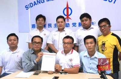 李杰文(前排左2)专业递交入党表格予行动党,鉴于游佳豪(前排右2)当见证,前排左起呢胡克耀与赖俊权。