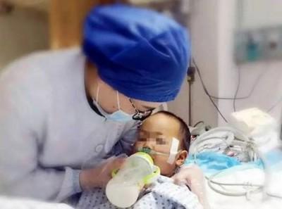 护士喂平平喝奶的像,获网民一致赞赏。