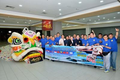 """槟武总为""""Lot33杯槟城国际高桩狮锦标赛""""造势,在记者会后展示""""狮王"""",右8为方万春、嘉宾及代表。"""