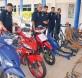 祖基尔(左2)在旺阿兹哈鲁丁(左)及查案官等陪同下,检查起获的失窃摩托车,骨架及引擎。