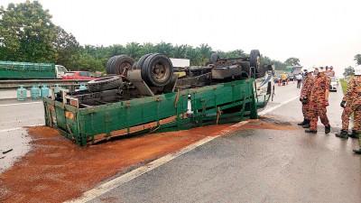 罗里和轿车撞后翻覆,煤气桶散落一地。