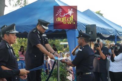 查卡利亚(左2)颁发表扬状予受表扬警员。