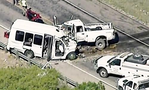 得州教会小型巴士与轻型货车相撞。
