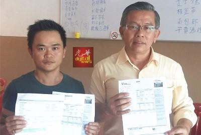叶金财(左)由周世扬陪同,展示多月来的电单。