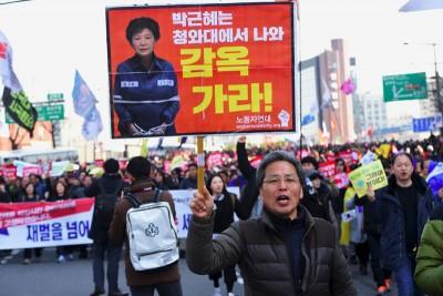 宪法法院外也有民众集会,要求罢免朴槿惠。