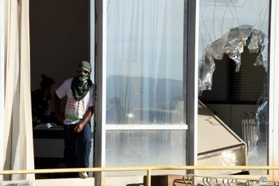 财政部大楼的窗户被打破。(法新社照片)