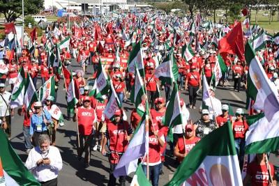在巴西利亚,愤怒的民众走上街头。(法新社照片)