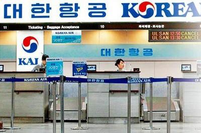 """""""限韩令""""发威,大陆飞韩国航班将腰斩。图为大韩航空柜台空荡荡。"""