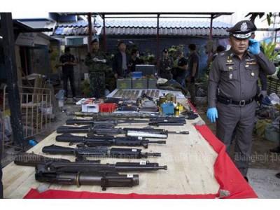 警方在红衫军领修邬提蓬位于巴吞他尼府的住家,查获大批武器。