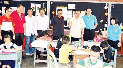 左起谢庆贤、陈泰隆、黄耀基、陈国耀、罗永忠、罗填水、骆富山及梅慧君参观赛场。